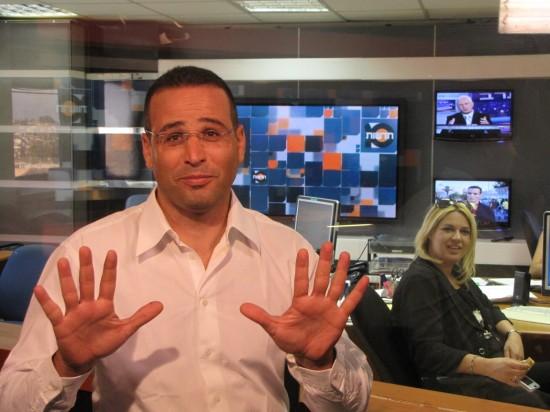 """סמי מסמן את המספר 10 באולפן ערוץ 10 בי""""ם"""