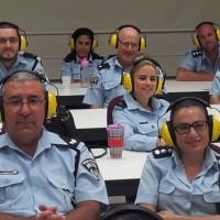 חוקרי משטרה מתנסים במוגבלות שמיעה ומקבלים הדרכה כיצד לחקור לקויי שמיעה