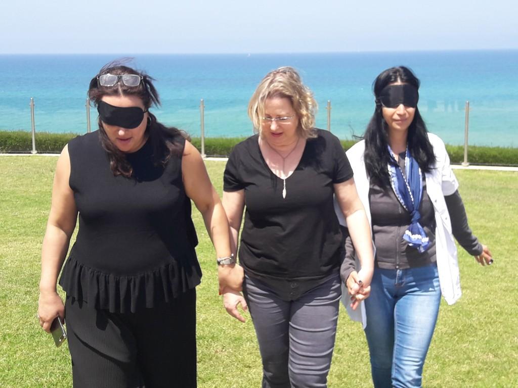 התנסות במוגבלות ראייה במהלך הדרכות שירות נגיש